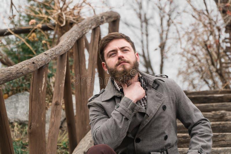 Человек в парке прогулка парка осени стоковая фотография rf