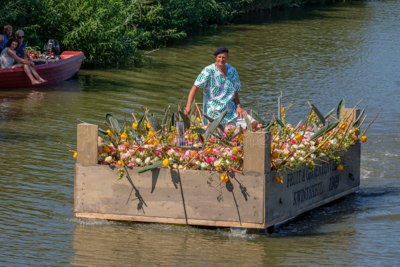 Человек в плавая vegetable коробке, украшенной с овощами и f стоковое изображение rf