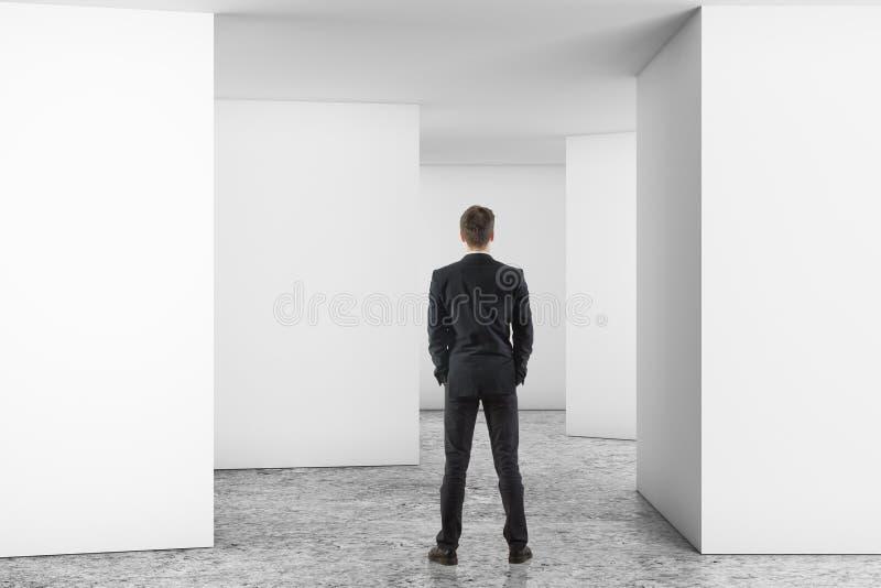 Человек в пустой светлой комнате стоковые изображения