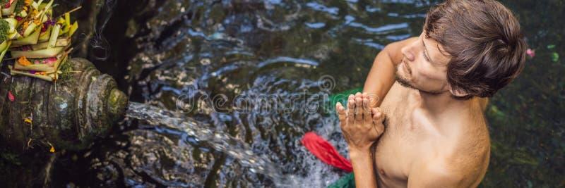 Человек в святом виске ключевой воды в Бали Смесь виска состоит из petirtaan или купая структуры, известной для стоковое изображение rf