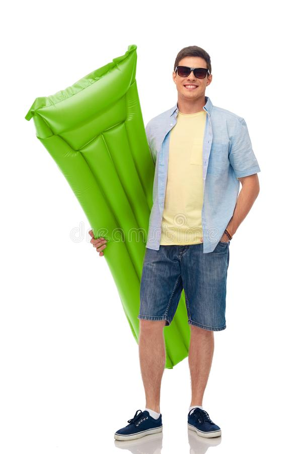 Человек в солнечных очках с раздувным тюфяком бассейна стоковое фото rf