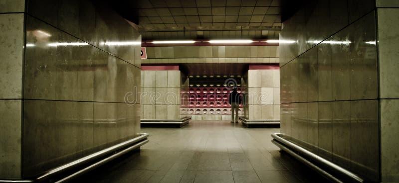 Человек в станции метро на Prag стоковые фото