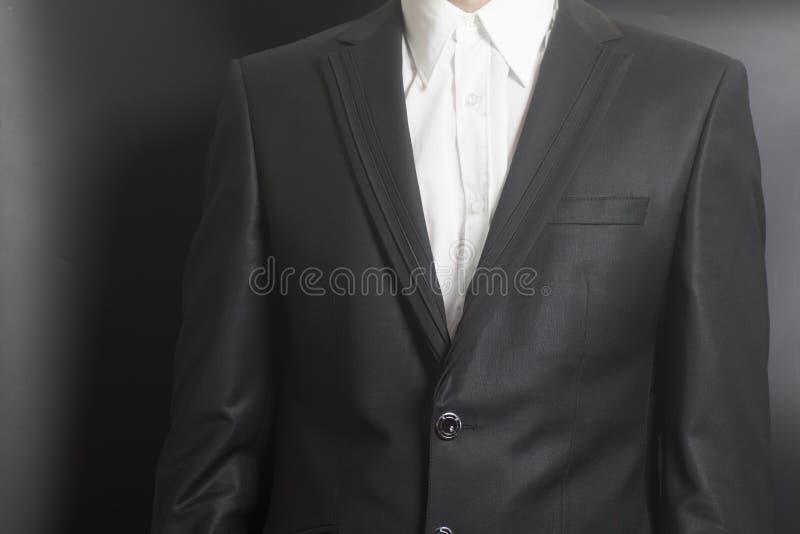 Человек в черном костюме и белой рубашке стоковая фотография rf