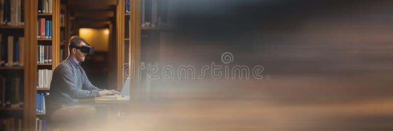 Человек в шлемофоне виртуальной реальности в библиотеке и расплывчатый заход солнца переводят стоковое фото