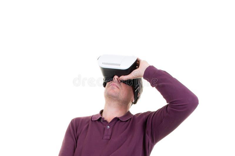 Человек в шлемофоне виртуальной реальности студии нося играя игру стоковое фото rf