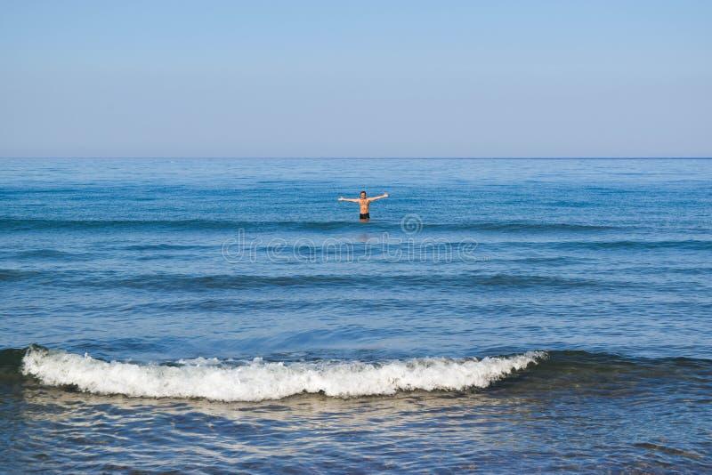 Человек в штиле на море стоковое изображение