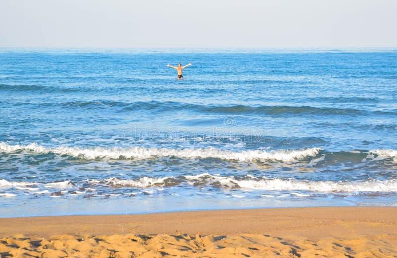 Человек в штиле на море стоковое фото