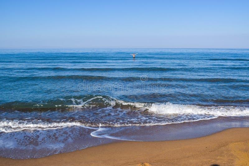 Человек в штиле на море стоковая фотография rf