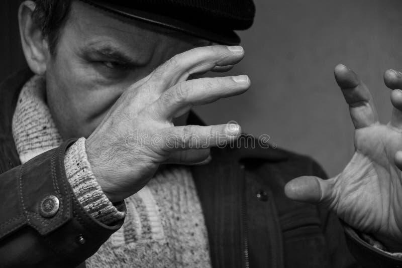 Человек гипнотизируя дома стоковые изображения rf