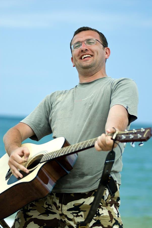 человек гитары играя детенышей стоковое фото