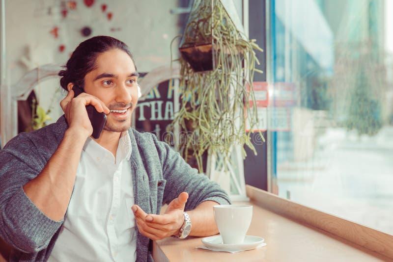 Человек говорит на телефоне и усмехаться стоковые фотографии rf