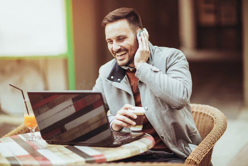 Человек говоря через интернет внешний стоковое фото