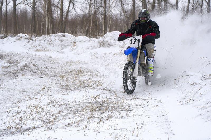 Человек гонщика спортсмена выполняет быструю езду на мотоцикле на крайности дороги Трасса очень неровна стоковое изображение rf