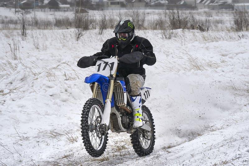 Человек гонщика спортсмена выполняет быструю езду на мотоцикле на крайности дороги Трасса очень неровна стоковые фотографии rf