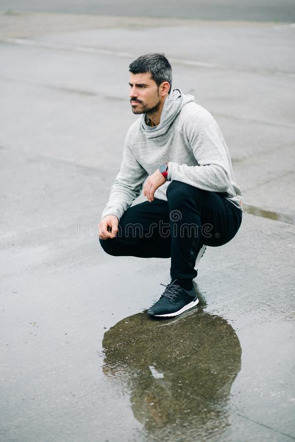 Человек готовый для городского хода зимы стоковая фотография rf