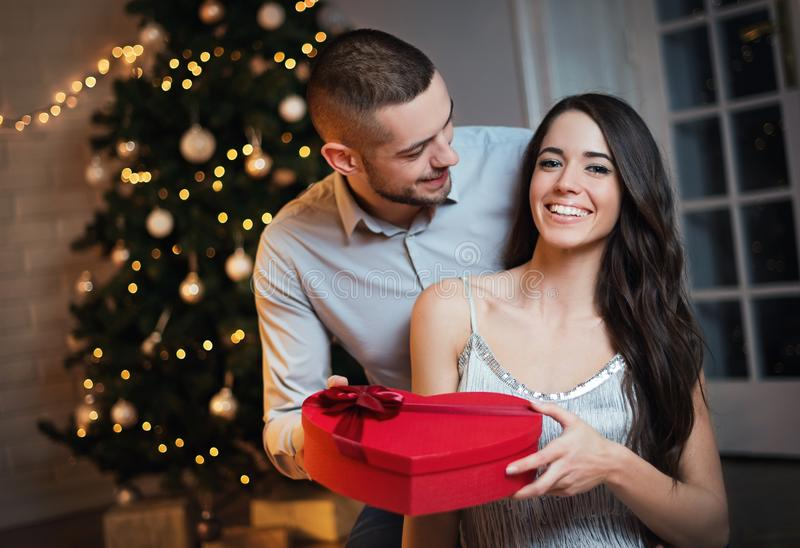 Человек давая подарок на рождество к его подруге стоковые изображения rf
