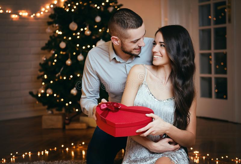Человек давая подарок на рождество к его подруге стоковая фотография rf