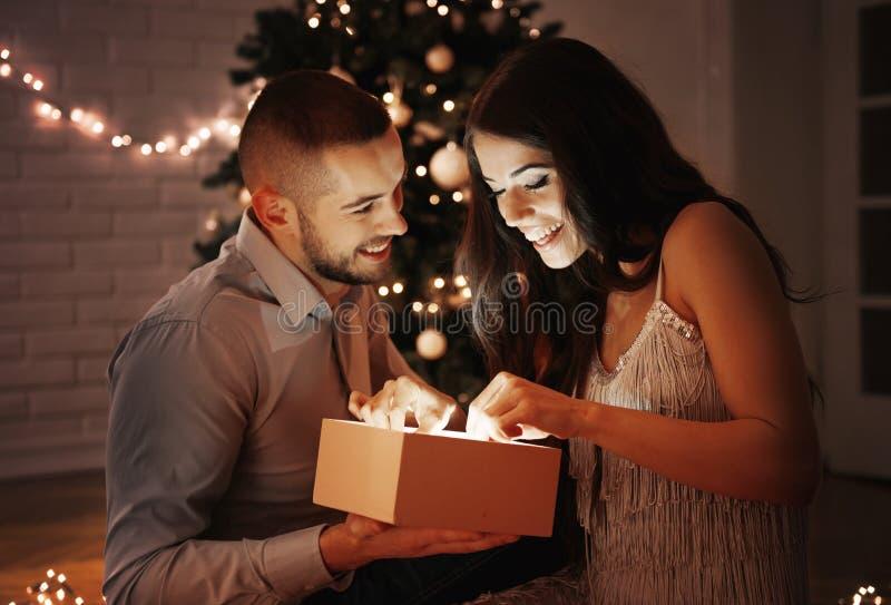 Человек давая подарок на рождество к его подруге стоковое изображение rf