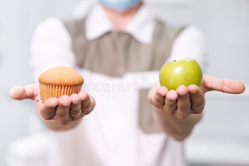 Человек дантиста доктора говорит о здоровом питании и зубоврачебном здоровье стоковое изображение rf