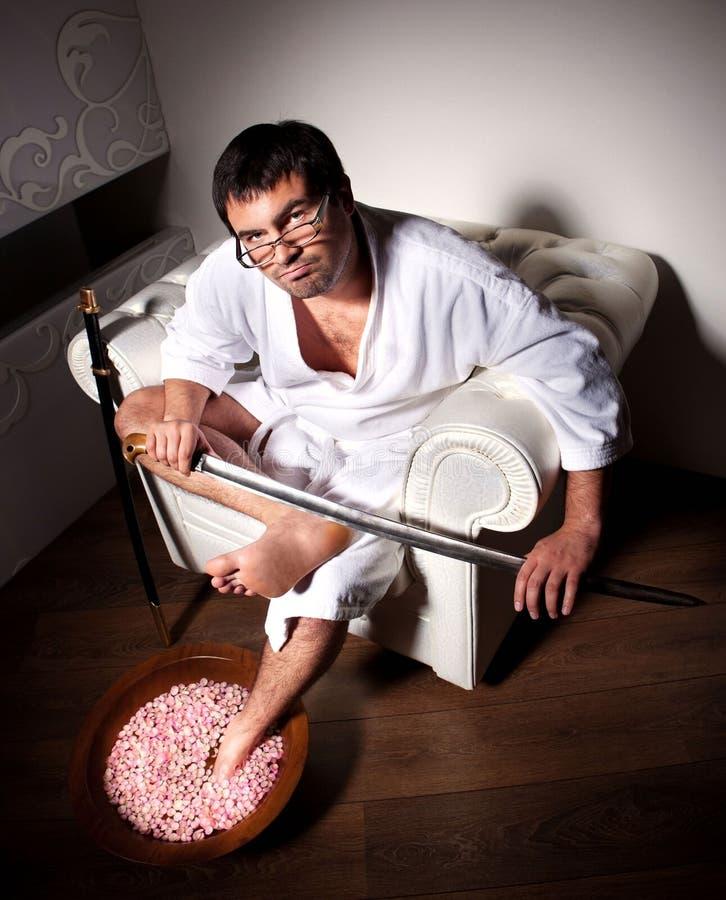 Человек делает pedicure стоковая фотография rf