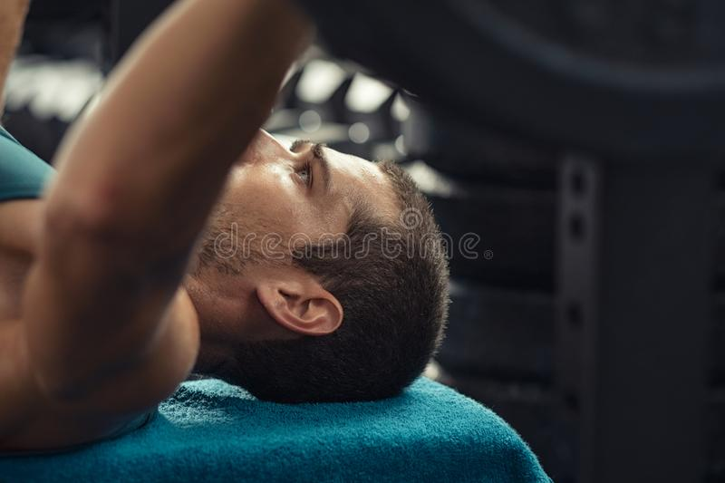 Человек делая подъем веса со штангой стоковые фото