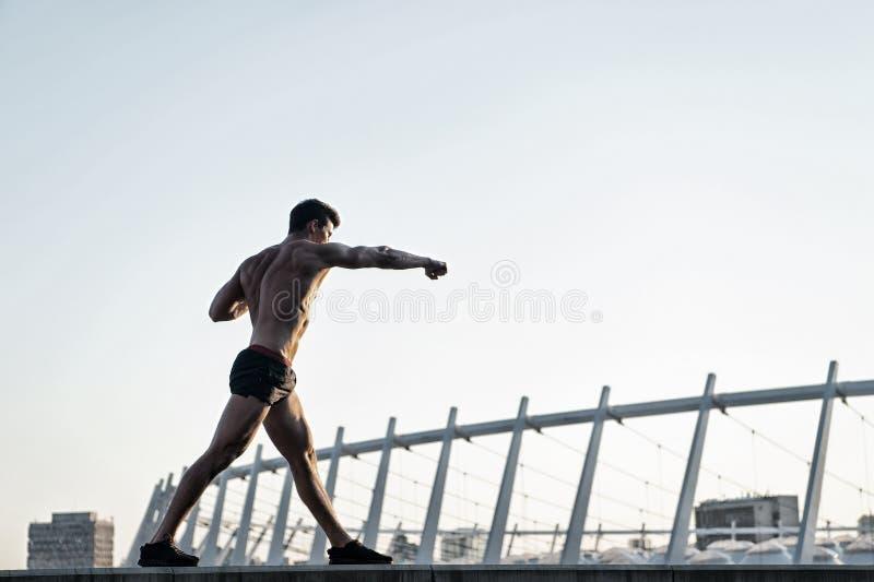 Человек делая тренировки бокса на крыше стоковые изображения rf