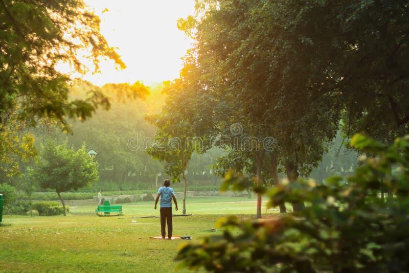 Человек делая тренировку перед восходом солнца стоковое изображение rf