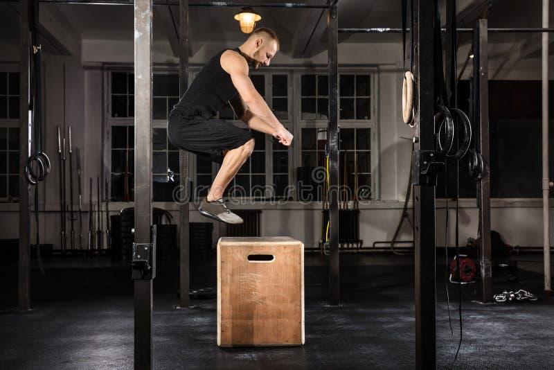 Человек делая тренировку скачки коробки стоковое фото rf