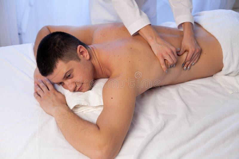 Человек делая человека рук медицинского массажа во спа стоковое изображение