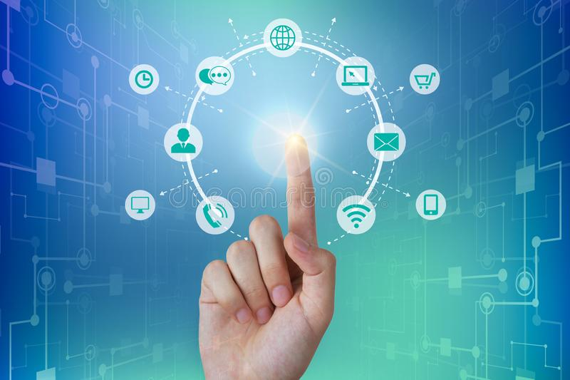 Человек дела касаясь соединению глобальной вычислительной сети, концепции связей стоковые изображения rf