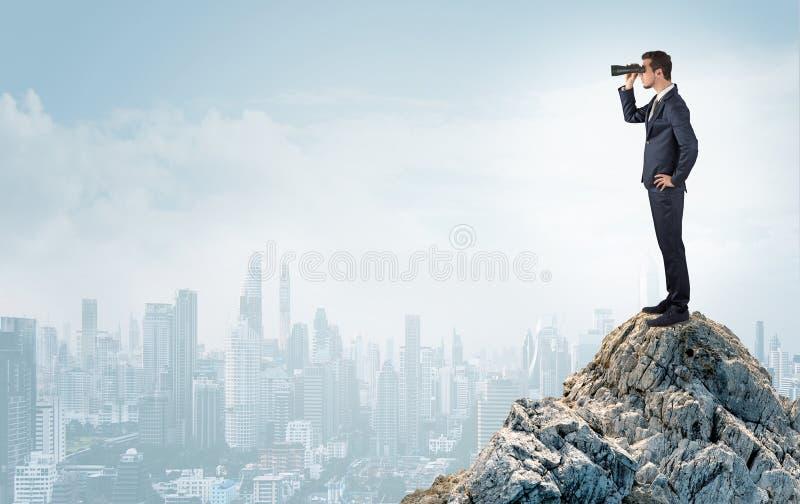 Человек дела смотря к большому городу от расстояния стоковые фото