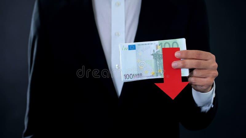 Человек держа банкноты, евро падая, финансовый прогноз, экономический кризис стоковые изображения rf