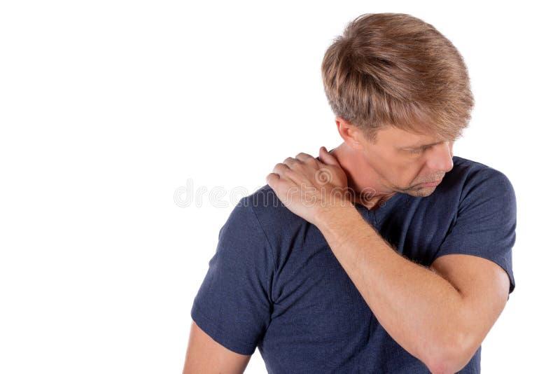 Человек держа его больное плечо пробуя сбросить боль на белой предпосылке Проблемы здоровья стоковые фотографии rf