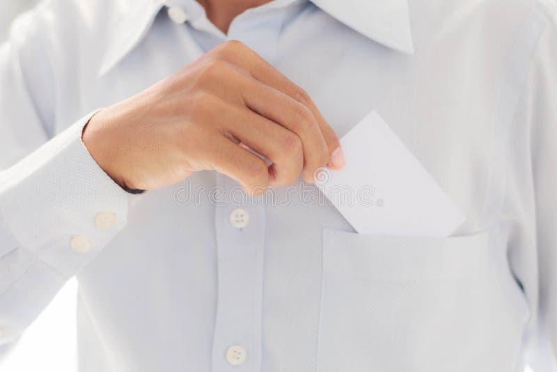 Человек держа карточку в карманн стоковая фотография rf