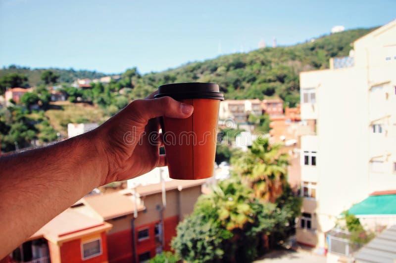 Человек держа кофе в лесе стоковые изображения rf