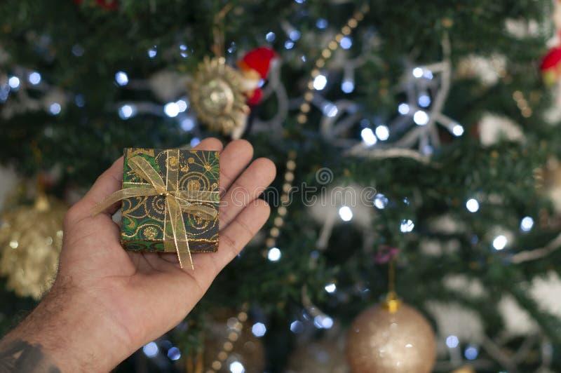 Человек держа красную подарочную коробку стоковые фото