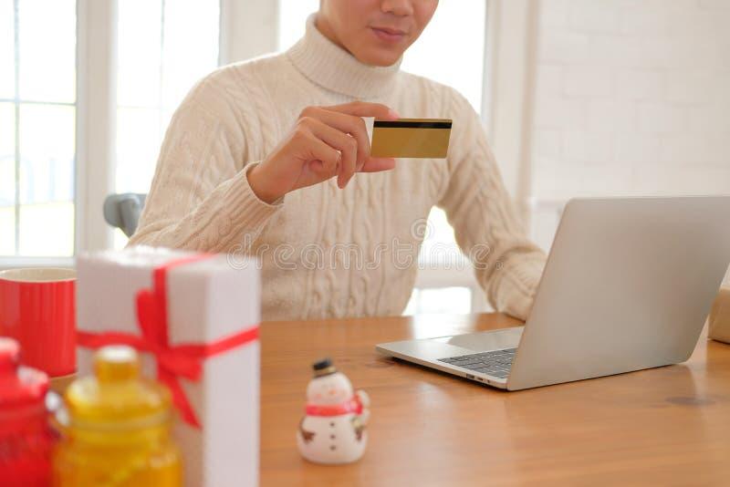 Человек держа кредитную карточку для онлайн покупок мужской покупатель покупая c стоковые фотографии rf