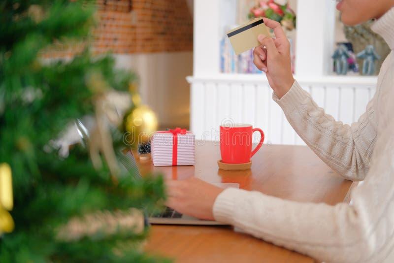 Человек держа кредитную карточку для онлайн покупок мужской покупатель покупая c стоковые изображения rf
