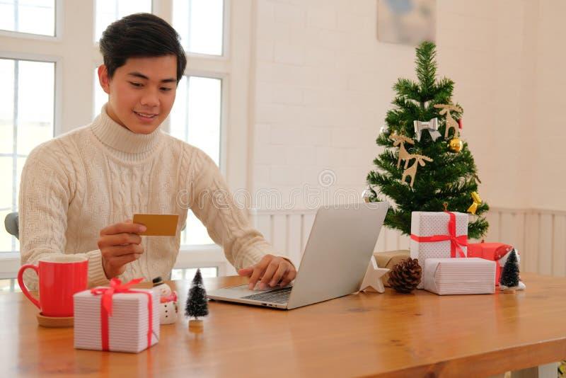 Человек держа кредитную карточку для онлайн покупок мужской покупатель покупая c стоковые изображения