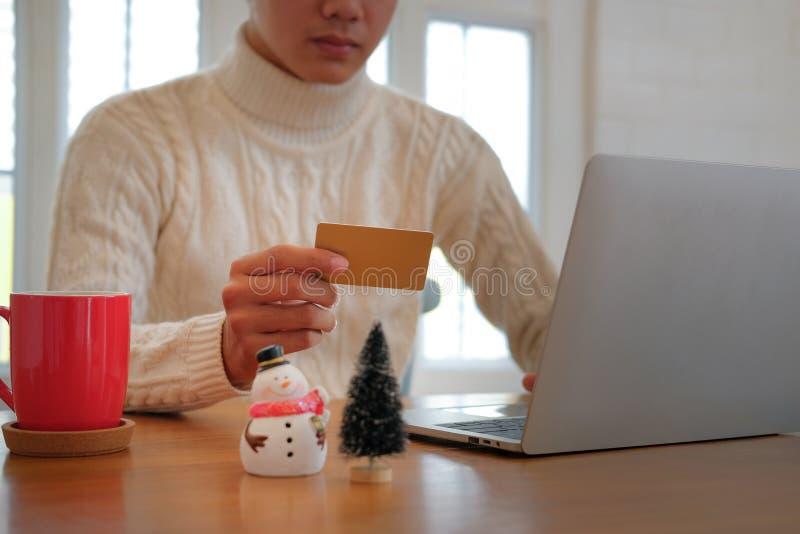 Человек держа кредитную карточку для онлайн покупок мужской покупатель покупая c стоковое фото rf