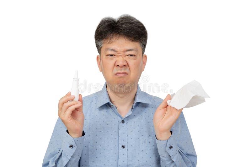 Человек держа носовые брызги в его руке на белой предпосылке стоковые изображения rf