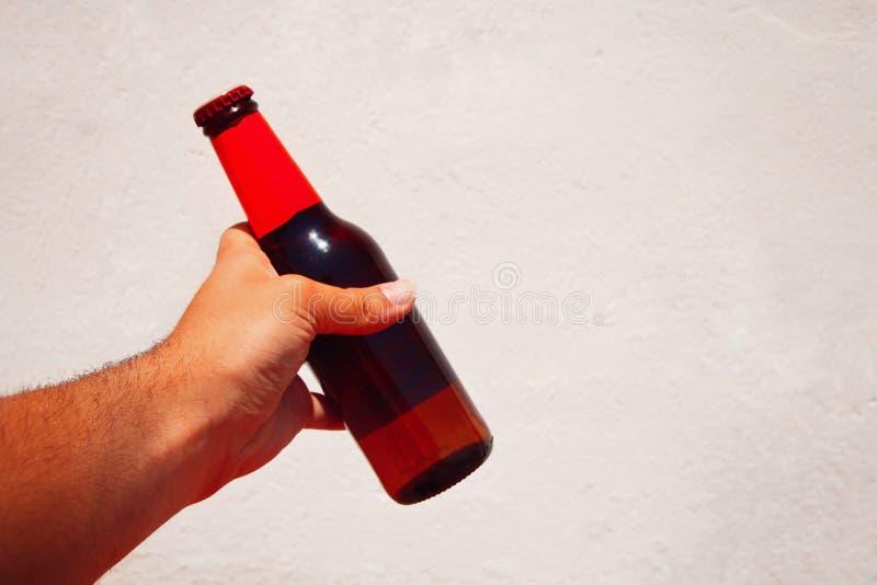 Человек держа пиво стоковая фотография