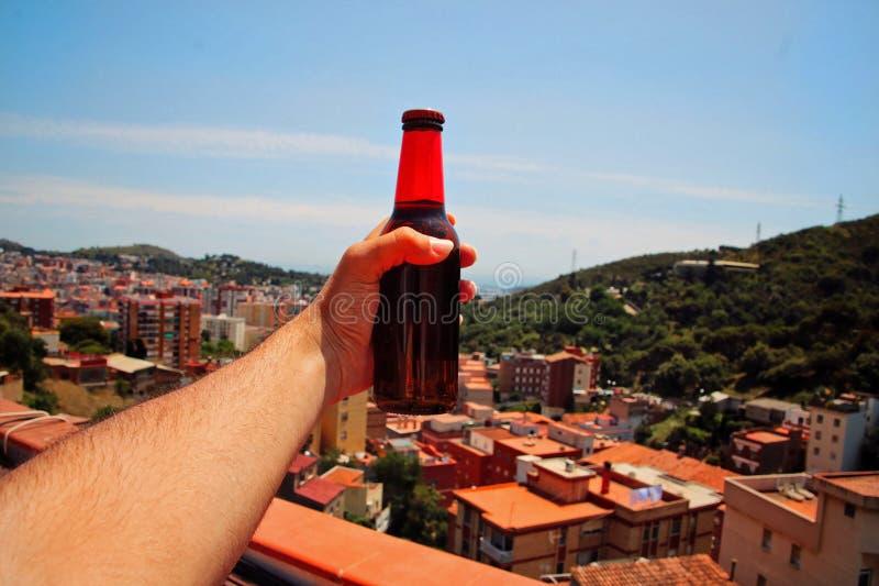 Человек держа пиво стоковые фотографии rf