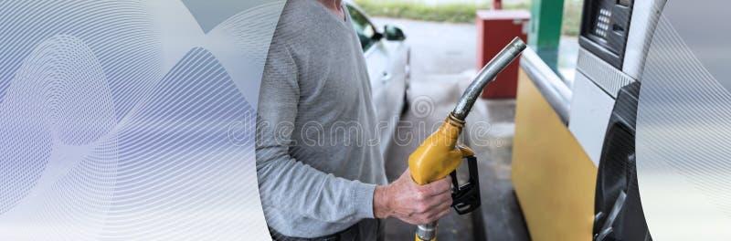 Человек держа сопло насоса для подачи топлива r стоковое изображение