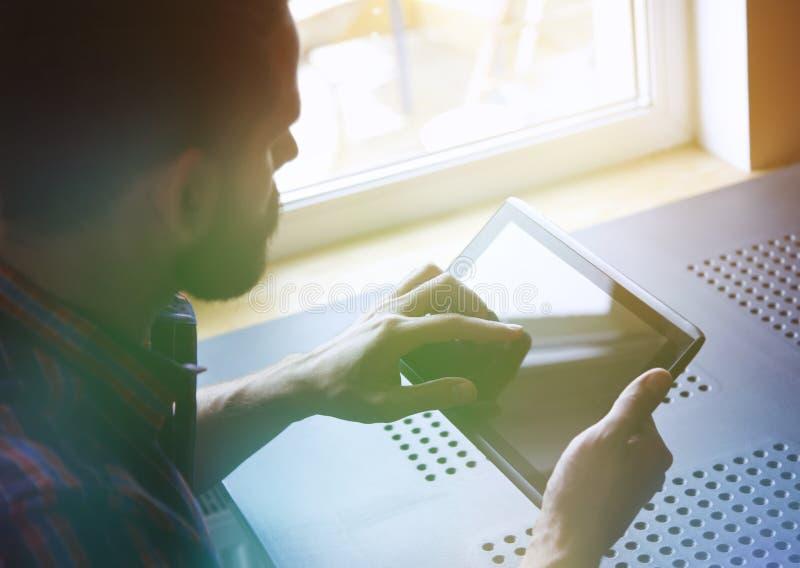 Человек держа таблетку цифров стоковые изображения