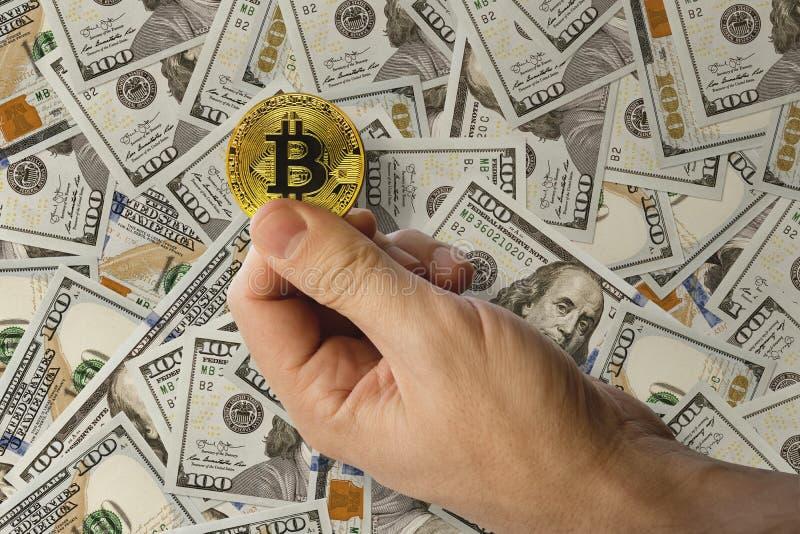Человек держит в его руке монетка cryptomoney сдержала bitcoin монетки стоковые изображения