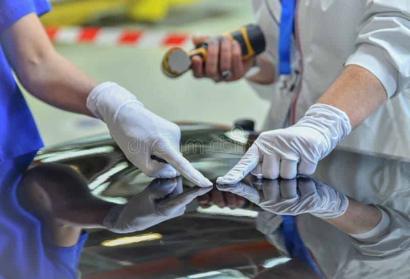 Человек держит полировщика в руке для царапины стоковые изображения rf