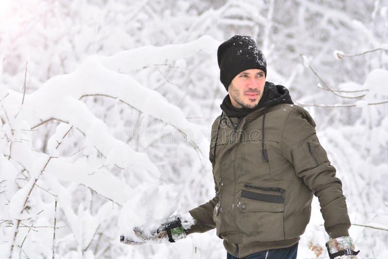Человек держит снежный ком стоковые фотографии rf