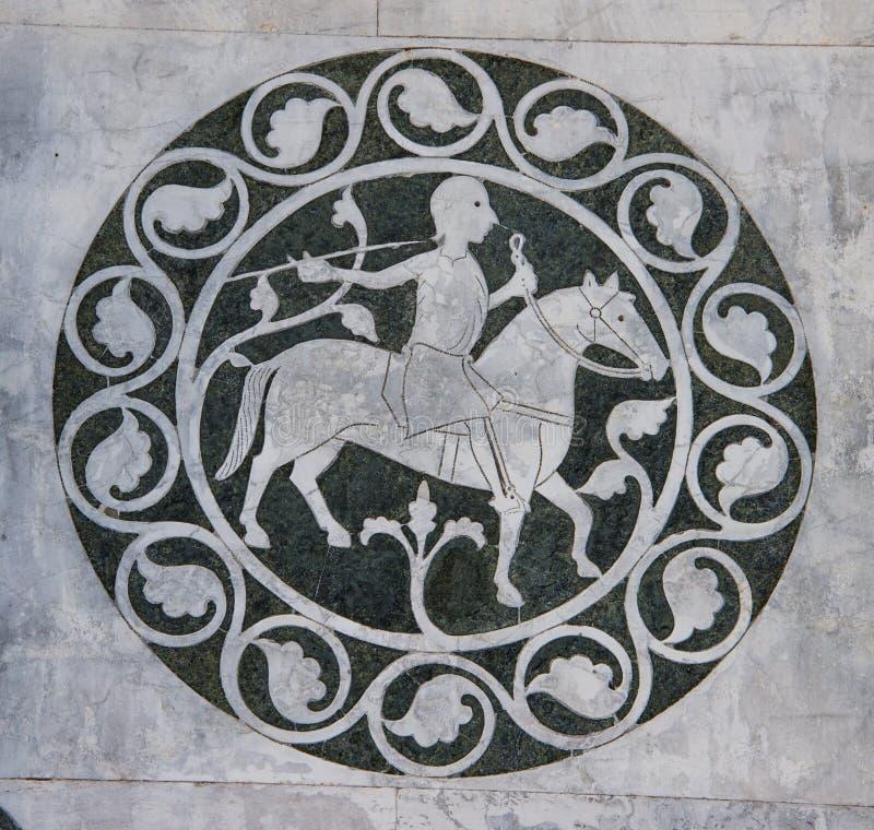 Человек дома в декоративном круге на dei Santi Giovanni e Reparata Chiesa стоковые изображения rf