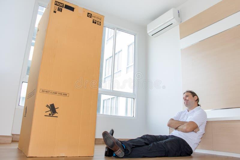 Человек думает о большом пакете стоковые изображения